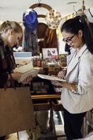 Women shopping together 11001064716| 写真素材・ストックフォト・画像・イラスト素材|アマナイメージズ