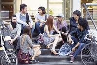 College students chatting on stairs 11001064756| 写真素材・ストックフォト・画像・イラスト素材|アマナイメージズ