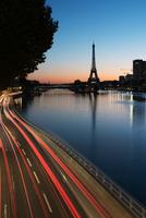 France, Paris, light trails along the Seine at twilight 11001064781| 写真素材・ストックフォト・画像・イラスト素材|アマナイメージズ