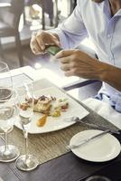 Man using smartphone to photograph his food in restaurant 11001064815| 写真素材・ストックフォト・画像・イラスト素材|アマナイメージズ