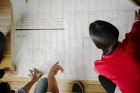 Architects collaborating 11001064834| 写真素材・ストックフォト・画像・イラスト素材|アマナイメージズ