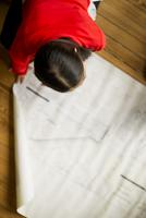 Female architect looking at blueprint 11001064835| 写真素材・ストックフォト・画像・イラスト素材|アマナイメージズ
