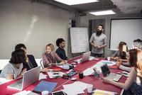 Colleagues brainstorming in meeting 11001064849| 写真素材・ストックフォト・画像・イラスト素材|アマナイメージズ