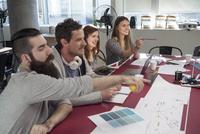 Creative colleagues brainstorming in meeting 11001064861| 写真素材・ストックフォト・画像・イラスト素材|アマナイメージズ
