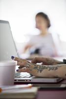 Woman using laptop computer 11001064865| 写真素材・ストックフォト・画像・イラスト素材|アマナイメージズ