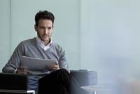 Businessman doing paperwork 11001064909| 写真素材・ストックフォト・画像・イラスト素材|アマナイメージズ