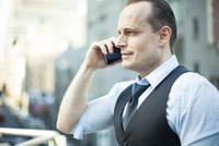 Businessman using cellphone 11001065069| 写真素材・ストックフォト・画像・イラスト素材|アマナイメージズ
