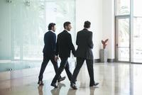 Business associates chatting while walking together 11001065098| 写真素材・ストックフォト・画像・イラスト素材|アマナイメージズ