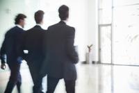 Business associates chatting while walking together 11001065100| 写真素材・ストックフォト・画像・イラスト素材|アマナイメージズ