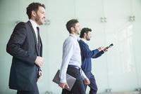 Businessmen walking together with confidence 11001065102| 写真素材・ストックフォト・画像・イラスト素材|アマナイメージズ