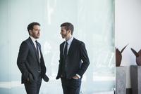 Business partners talking 11001065112| 写真素材・ストックフォト・画像・イラスト素材|アマナイメージズ