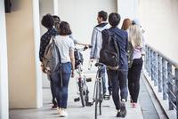 College students walking to class 11001065144| 写真素材・ストックフォト・画像・イラスト素材|アマナイメージズ