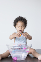 Toddler girl playing with toys in bowl of water 11001065170| 写真素材・ストックフォト・画像・イラスト素材|アマナイメージズ