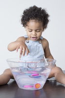 Toddler girl playing with toys in bowl of water 11001065171| 写真素材・ストックフォト・画像・イラスト素材|アマナイメージズ