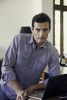 Man with laptop computer, portrait 11001065175| 写真素材・ストックフォト・画像・イラスト素材|アマナイメージズ
