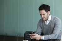 Businessman using smartphone 11001065272| 写真素材・ストックフォト・画像・イラスト素材|アマナイメージズ
