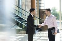 Business associates exchange greetings 11001065365| 写真素材・ストックフォト・画像・イラスト素材|アマナイメージズ