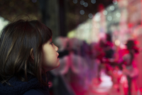 Little girl window shopping 11001065388| 写真素材・ストックフォト・画像・イラスト素材|アマナイメージズ
