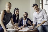 Business partners collaborating in office, portrait 11001065598| 写真素材・ストックフォト・画像・イラスト素材|アマナイメージズ