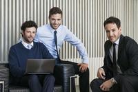 Business colleagues, portrait 11001065628| 写真素材・ストックフォト・画像・イラスト素材|アマナイメージズ