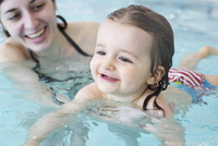 Little girl learning to swim with help of parent 11001065663| 写真素材・ストックフォト・画像・イラスト素材|アマナイメージズ
