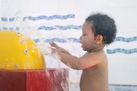 Little girl playing in fountain in wading pool 11001065666| 写真素材・ストックフォト・画像・イラスト素材|アマナイメージズ