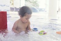 Little girl playing with toys in wading pool 11001065667| 写真素材・ストックフォト・画像・イラスト素材|アマナイメージズ