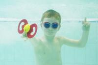 Boy playing with toy underwater 11001065669| 写真素材・ストックフォト・画像・イラスト素材|アマナイメージズ