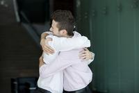 Friends hugging 11001065730| 写真素材・ストックフォト・画像・イラスト素材|アマナイメージズ