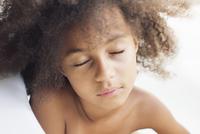 Girl falling asleep during bath 11001065790| 写真素材・ストックフォト・画像・イラスト素材|アマナイメージズ