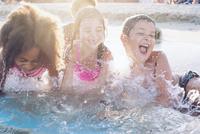 Children playing in water 11001065799| 写真素材・ストックフォト・画像・イラスト素材|アマナイメージズ