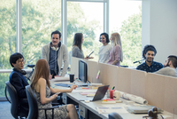 Colleagues chatting in shared coworking space 11001065898| 写真素材・ストックフォト・画像・イラスト素材|アマナイメージズ