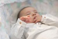 Baby sleeping in crib 11001065905| 写真素材・ストックフォト・画像・イラスト素材|アマナイメージズ