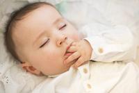 Infant asleep 11001065906| 写真素材・ストックフォト・画像・イラスト素材|アマナイメージズ