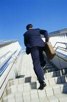 階段を上がるビジネスマン 11002002467| 写真素材・ストックフォト・画像・イラスト素材|アマナイメージズ