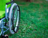 公園の中の車椅子
