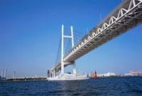 客船と横浜ベイブリッジ 横浜 神奈川県