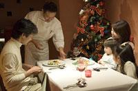 クリスマスディナーを楽しむ家族
