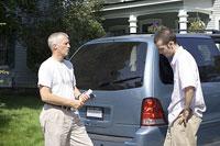 車の前に立つ白人男性 11002028060| 写真素材・ストックフォト・画像・イラスト素材|アマナイメージズ