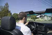車を運転する白人男性