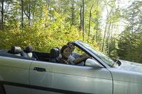 車を運転する白人男性と日本人女性 11002028064| 写真素材・ストックフォト・画像・イラスト素材|アマナイメージズ