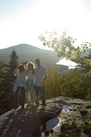 ハイキングを楽しむ白人家族