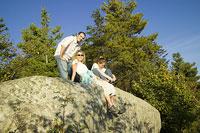 岩の上でくつろぐ白人家族