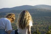 山の景色を眺める白人女性