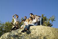 ハイキングを楽しむ人々