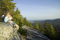岩の上でくつろぐ白人家族 11002028074| 写真素材・ストックフォト・画像・イラスト素材|アマナイメージズ