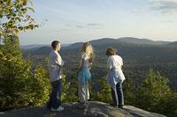 ハイキングを楽しむ白人家族 11002028076| 写真素材・ストックフォト・画像・イラスト素材|アマナイメージズ