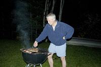 バーベキューをする白人男性 11002028083| 写真素材・ストックフォト・画像・イラスト素材|アマナイメージズ