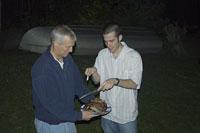 バーベキューを食べる白人男性 11002028084| 写真素材・ストックフォト・画像・イラスト素材|アマナイメージズ