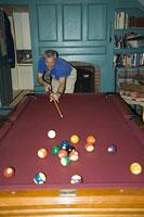 ビリヤードをする男性 11002028090| 写真素材・ストックフォト・画像・イラスト素材|アマナイメージズ